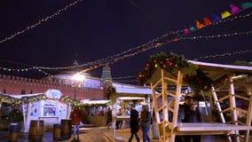 Traditionell mässa på den röda fyrkanten, julgranar, garneringar lager videofilmer