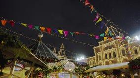 Traditionell mässa på den röda fyrkanten, julgranar, garneringar, samovar stock video