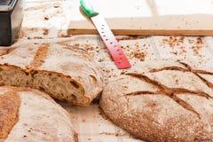 Traditionell Majorcan panna för brunt bröd moreno på tabellen som täckas med bordduken Sineu marknad, Majorca arkivbild