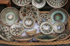 Traditionell malte keramische Teller für Verkauf auf einem der Märkte in Sighisoara, Rumänien lizenzfreies stockbild