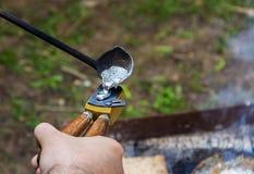 Traditionell manuell metallrollbesättningprocess som bildar aluminum tenn- presskulor arkivbilder