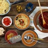 traditionell matitalienare Pastaspagetti med tomatsås, oliv och garnering med vin på trätabellen Arkivbild
