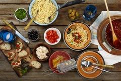 traditionell matitalienare Pastaspagetti med tomatsås, oliv och garnering med vin på trätabellen Nationell spagetti Arkivfoton