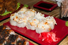 traditionell matjapan Ny sushi på en japansk restaurang Japansk mat på en trätabell Arkivfoto