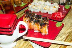 traditionell matjapan Ny sushi på en japansk restaurang Japansk mat på en trätabell Royaltyfria Bilder