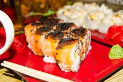 traditionell matjapan Ny sushi på en japansk restaurang Japansk mat på en trätabell Arkivfoton