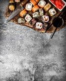 traditionell matjapan rullar sushi På lantlig bakgrund Arkivfoton