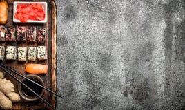 traditionell matjapan rullar sushi På lantlig bakgrund Fotografering för Bildbyråer