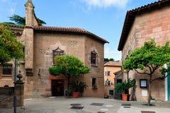 Traditionell medeltida fyrkant med citrusträd i spansk by & x28; Poble Espanyol& x29; på den Barcelona staden Catalonia, Spanien Arkivfoto