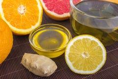 Traditionell medicin, hälsa, ethnosciencebegrepp och folkbot - kopp av örtte, honung, ingefäran, apelsinen och grapefrukten Royaltyfri Foto