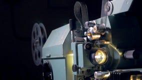 Traditionell mekanisk filmprojektor i operation arkivfilmer