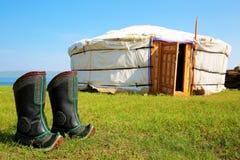 Traditionell Mongoliet yurt med kängor arkivfoto