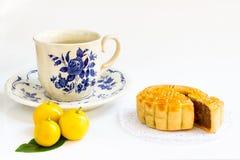 Traditionell mooncake med durian- och äggulafyllning- och tekoppen Royaltyfri Foto