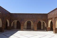 Traditionell moroccan byggnad med den runda ingången arkivfoto