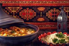 Traditionell moroccan tajine av höna med rimmade citroner, oliv Arkivfoto