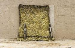 Traditionell mosidörr med två trästatyer Burkina Faso royaltyfria foton