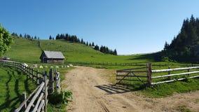 Traditionell muntaingård med härliga ängar Royaltyfria Foton
