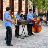 Traditionell musikgrupp som leker i gammala Havana Arkivfoto