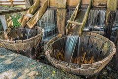 Traditionell naturlig washmaskin under en ström av vatten i Mara arkivbild