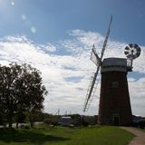 Traditionell Norfolk windpump/väderkvarn i skugga på sommars dag royaltyfri fotografi