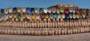 Traditionell norr afrikansk keramik, färgrik färgrik disk och bruna tillbringare för lera, fotopanorama, Marocko Fotografering för Bildbyråer