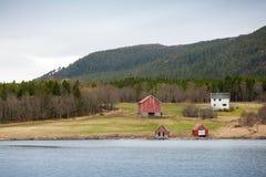 Traditionell norsk liten by, färgrika trähus royaltyfri fotografi
