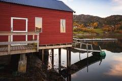 Traditionell norsk röd träladugård arkivfoton