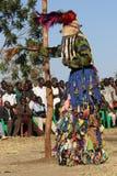 Traditionell Nyau dansare med framsidamaskeringen Arkivbilder