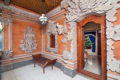 Traditionell och antik snida väggBali stil royaltyfri fotografi