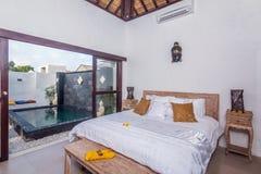 Traditionell och antik sovrumvilla i Bali Royaltyfri Bild