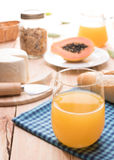 Traditionell och sund frukost med orange fruktsaft royaltyfri foto