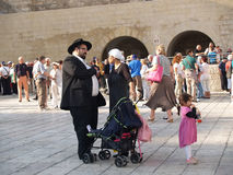 Traditionell ortodox judisk familj på fyrkanten framme av Arkivfoto