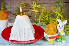 Traditionell ostmassaeaster kaka på den festliga dekorerade påsktabellen Royaltyfria Bilder