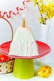 Traditionell ostmassaeaster kaka på den festliga dekorerade påsktabellen Fotografering för Bildbyråer