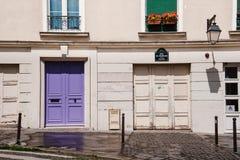 Traditionell parisisk husfasad i Montmartre Royaltyfria Foton