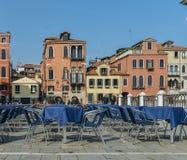 Traditionell piazza med tabeller på terrass i Venedig, Veneto, Italien Arkivbild