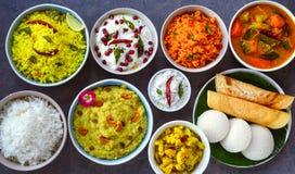 Traditionell plattersouth för södra indiska mål för tempelprasadthaali arkivfoton