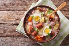 Traditionell polsk soppa Zurek i en bunke horisontalbästa sikt royaltyfri foto
