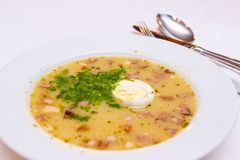 Traditionell polsk vit borscht - zurek, sur soppa med vita korvar och ägg royaltyfri fotografi