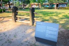 Traditionell port för Jeju ö - tvärslåar och vaktstolpar i Nati royaltyfri bild