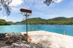 Traditionell port med den tomma vägvisaren Royaltyfri Fotografi