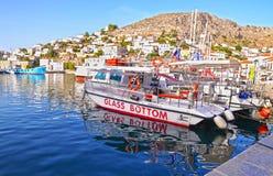 Traditionell port med fartyg på Hydraön Grekland Arkivfoto