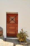 Traditionell portugisisk dörr på den vita väggen i monsaraz Arkivbilder