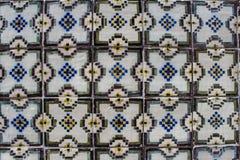 Traditionell portugisisk v?gg f?r keramiska tegelplattor Typisk yttre garnering p? hus i Portugal arkivbilder