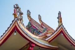 Traditionell prydnad av det thailändska tempeltaket i Bangkok royaltyfri bild