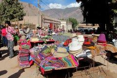 Traditionell quechua färgrik textil sålde på marknaden royaltyfria foton