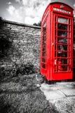 Traditionell röd telefonask i UK Arkivbild