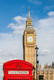Traditionell röd telefonask och Big Ben i London, UK Arkivbilder