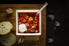 Traditionell rödbetasoppa för ukrainsk eller rysk borscht med gräddfil Royaltyfri Foto