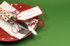 Traditionell röd och grön matställe för glad jul eller inställning för lunchtabellställe Arkivbilder